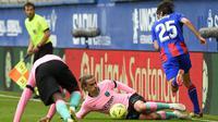Penyerang Barcelona, Antoine Griezmann, berusaha menghadang gelandang Eibar, Bryan Gil, pada laga Liga Spanyol di Stadion Ipurua, Sabtu (23/5/2021). Barcelona menang dengan skor 1-0. (AFP/Ander Gillenea)