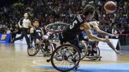 Pebasket kursi roda Jepang, Chokai Renshi, dijatuhkan pebasket Iran pada final Asian Para Games di Hall A Senayan, Jakarta, Sabtu (13/10). Iran menang 68-66 atas Jepang. (Bola.com/Vitalis Yogi Trisna)