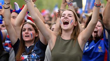 Fans cantik Prancis saat memberikan semangat kepada timnya melawan Islandia  pada Piala Eropa 2016 di Toulouse, (3/7/2016). (AFP/RÈmy Gabalda)