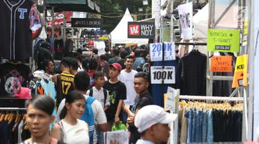 Keramaian pengunjung saat berburu produk fashion di ajang Jakcloth Summerfest 2018 di Senayan, Jakarta, Kamis (12/4). Jakcloth Summerfest 2018 menggratiskan pengunjung yang ingin masuk. (Liputan6.com/Angga Yuniar)