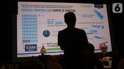 Wakil Direktur LPEM FEB UI, Kiki Verico saat kemberikan paparan tentang Tokopedia kepada media di Jakarta, Kamis (10/10/2019). Dalam kesempatan tersebut membahas dampak Tokopedia terhadap perekonomian Indonesia. (Liputan6.com/Angga Yuniar)