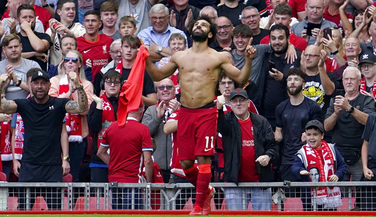 Pemain Liverpool Mohamed Salah melakukan selebrasi usai mencetak gol ke gawang Crystal Palace pada pertandingan Liga Inggris di Stadion Anfield, Liverpool, Inggris, Sabtu (18/9/2021). Liverpool menang telak 3-0. (AP Photo/Jon Super)