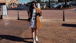 Wanita kelahiran 1996 ini tampil dengan blazer coklat yang dipadukan dengan kaos dan sneakers putih. (Liputan6.com/IG/@febbyrastanty)