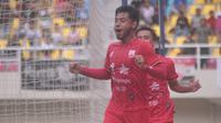 Pemain Persis Solo, Syahroni merayakan gol yang dicetaknya ke gawang Semen Padang di Stadion Manahan, Kamis (5/3/2020). (Bola.com/Vincentius Atmaja)