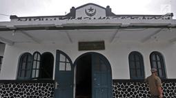 Pemandangan dari luar Masjid Jami Al-Makmur yang terletak di Cikini, Jakarta, Rabu (23/5). Masjid ini pernah menjadi salah satu tempat Organisasi Sarekat Islam. (Merdeka.com/Iqbal S Nugroho)