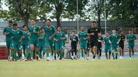 Skuat Persebaya Surabaya melakukan sesi latihan di Stadion Gelora 10 November, Surabaya, Selasa (15/6/2021). Pada kali ini latihan tim Bajul Ijo tanpa didampingi pelatih Aji Santoso dan asisten Bejo Sugiantoro. (Foto: Dokumentasi Persebaya)