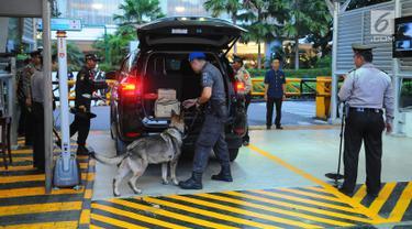 Petugas keamanan memeriksa kendaraan yang akan memasuki lokasi debat keempat Pilpres 2019 di Hotel Shangri-La, Jakarta, Sabtu (30/3). Penjagaan dilakukan oleh polisi dan tentara. (Liputan6.com/Angga Yuniar)