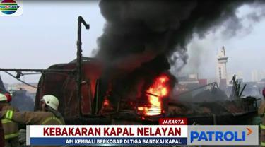 Kobaran api yang disusul kepulan asap tebal terus membesar setelah menyambar ceceran bahan bakar minyak yang mengapung di perairan.