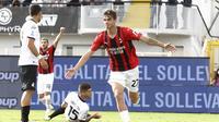 Pada babak kedua AC Milan unggul 1-0 di menit ke-48. Sundulan Daniel Maldini usai menerima umpan Pierre Kalulu sukses menaklukkan kiper Spezia, Jeroen Zoet. (LaPresse via AP/Tano Pecoraro)