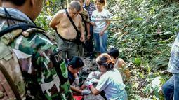 Petugas medis membalut luka turis asal Prancis, Benetulier Lesuffleur (46), di Taman Nasional Khao Yai, Thailand, 1 Januari 2017. Lesuffleur digigit seekor buaya saat hendak berfoto bersama suaminya di dekat sebuah kolam tempat penangkaran buaya. (HO/AFP)