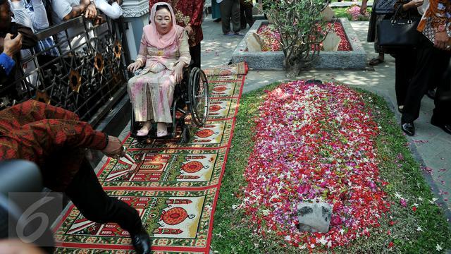 20150804-Milad Gus Dur, Keluarga Lakukan Ziarah Bersama-Jatim