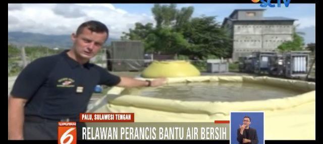 Relawan Perancis bantu korban bencana di Palu dapatkan air bersih dengan menyuling air sungai.