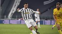 Bintang Juventus Cristiano Ronaldo tengah mengontrol bola saat coba diadang pemain Cagliari pada pekan kedelapan Liga Italia di Allianz Stadium, Minggu (22/11/2020) dini hari WIB. (Marco Alpozzi/LaPresse via AP)