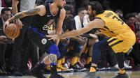 Guard Los Angeles Clippers Austin Rivers (kiri) coba melewati penggawa Utah Jazz, Ricky Rubio, pada laga NBA 2017-2018 di Staples Center, Kamis (30/11/2017) atau Jumat (1/12/2017) WIB. (AP Photo/Kelvin Kuo)