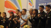 Tim bulutangkis Indonesia yang akan berlaga pada Kejuaraan Dunia Bulutangkis Junior 2017. Mereka berpose bersama pada sesi konferensi pers di Hotel Ambarukmo, Yogyakarta, Minggu (8/10/2017). (Bola.com/Ronald Seger)