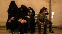 Sejumlah perempuan keluarga militan ISIS menunggu untuk meninggalkan kamp penampungan al-Hol di Provinsi Hasakeh, Suriah, Senin (3/6/2019). Setelah dibebaskan, beberapa perempuan yang keluar dari kamp mengatakan tidak menyesal dan tetap menjadi pendukung ISIS. (AP Photo/Baderkhan Ahmad)