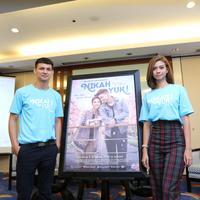 Yuki Kato dan Marcel Darwin prescon Official Poster Film Nikah Yuk di kawasan Sudirman, Jakarta Pusat Selasa (7/1/2020) (Daniel Kampua/Fimela.com)