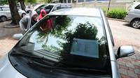 Warga mengecek kondisi mobil operasional KPK yang akan dilelang di Gedung KPK Lama, Jakarta, Selasa (27/2). KPK bakal menggelar lelang barang inventaris pada Kamis (1/3/2018) mulai pukul 10.00 WIB sampai dengan selesai. (Liputan6.com/Helmi Fithriansyah)