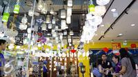 Pengunjung saat melihat hiasan lampu saat pembukaan Megastore Courts, Tangerang Selatan, Sabtu (23/1/2016). Ritel tersebut menjual 60% produk lokal. (Liputan6.com/Fery Pradolo)