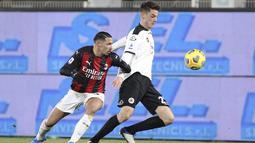 Gelandang AC Milan, Ismael Bennacer berusaha merebut bola dari gelandang Spezia, Giulio Maggiore pada pertandingan Liga Serie A Italia di stadion Alberto Picco, Italia, Minggu (14/2/2021). Kemenangan ini membuat Spezia bercokol di posisi ke-14 dengan koleksi 24 angka. (Tano Pecoraro/LaPresse via AP)