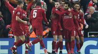 Para pemain Liverpool merayakan gol yang dicetak Mohamed Salah ke gawang Napoli pada laga Liga Champions di Stadion Anfield, Liverpool, Selasa (11/12). Liverpool menang 1-0 atas Napoli. (AFP/Paul Ellis)