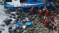 Kecelakaan bus di Lima, Peru, yang menewaskan 50 orang. (AFP)
