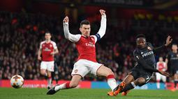 Striker CSKA Moscow Ahmed Musa gagal melakukan tembakan saat melawan Arsenal pada pertandingan Liga Eropa di stadion Emirates, London (5/4). (AFP Photo / Ben Stansall)
