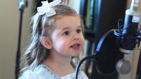 Saksikan di sini bagaimana seorang gadis kecil menyanyikan lagu kesukaannya.