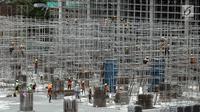 Pekerja memasang tiang-tiang besi di Depo LRT, Kelapa Gading, Jakarta Utara, Kamis (25/1). Progres pembangunan proyek LRT Jakarta secara keseluruhan telah mencapai 56,94 persen pada Januari 2018. (Liputan6.com/Arya Manggala)