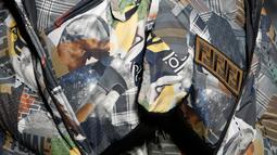 Corak seni karya @hey_reilly terlihat menambah keseruan sejumlah koleksi pakaian pria. (Liputan6.com/Pool/Fendi)