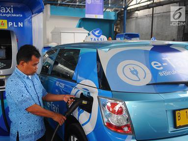 Pengemudi mobil Blue Bird BYD e6 A/T tengah mengisi daya listrik di pool Blue Bird, Jakarta, Selasa (23/4). Terdapat dua jenis mobil listrik yang digunakan Blue Bird yakni BYD e6 A/T untuk taksi reguler atau Blue Bird dan Tesla Model X 75D A/T untuk taksi eksekutif atau Silverbird. (Liputan6.com/Ang