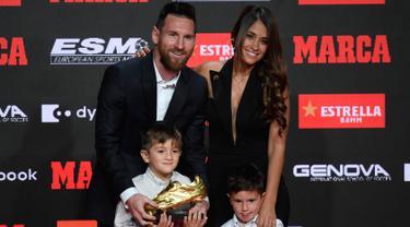 Ditemani Istri dan Anaknya, Lionel Messi Terima Sepatu Emas ke-6