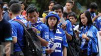 Beberapa suporter wanita Persib rela antri untuk masuk ke dalam Stadion GBK Jakarta, Minggu (3/4/2016). Ribuan suporter Persib memadati Stadion GBK Jakarta untuk menyaksikan laga final Piala Bhayangkara 2016. (Liputan6.com/Helmi Fithriansyah)