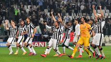 Penggawa Juventus merayakan keberhasilan memetik kemenangan 2-1 atas Real Madrid di leg pertama semifinal Liga Champions yang berlangsung di Juventus Stadium, Rabu (6/5/2015) dini hari WIB. (AFP PHOTO/GIUSEPPE CACACE)