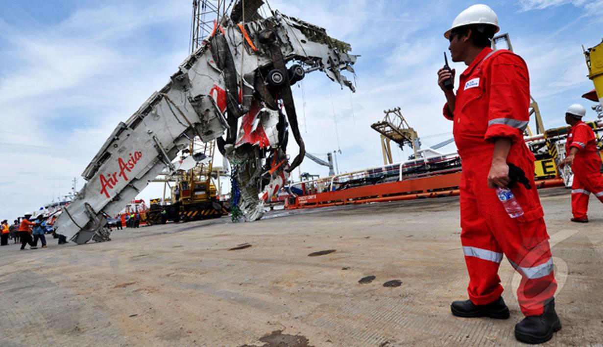 Petugas Basarnas memindahkan bangkai badan AirAsia QZ8501 dari kapal milik SKK Migas, Crest Onyx di Pelabuhan Tanjung Priok, Jakarta, Senin (2/3/2015).  (Liputan6.com/Faizal Fanani)
