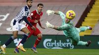 Semi Ajayi dari West Bromwich Albion mencetak gol pertama pada pertandingan sepak bola Liga Inggris melawan Liverpool di stadion Anfield di Liverpool, Inggris, Minggu 27 Desember 2020. (Clive Brunskill / Pool via AP)