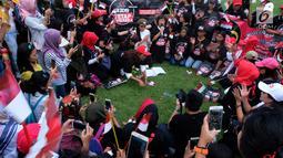 Pekerja migran dan Rieke Diah Pitaloka saat deklarasi Tim Zona Alpha Hongkong dukung pasangan Jokowi-Ma'aruf Amin di Hongkong, Minggu (23/9). Mereka meminta pasangan Jokowi-Amin mempertahankan pancasila sebagai ideologi NKRI.(Liputan6.com/HO/Tim Alpha)