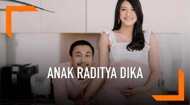 Raditya Dika baru saja dikaruniai seorang anak perempuan bernama Alinea Ava Nasution. Ternyata inilah arti nama anak Raditya Dika.