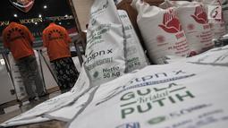 Tersangka dihadirkan saat rilis kasus penyalahgunaan distribusi gula kristal rafinasi ke konsumen akhir sebagai gula kristal putih di Jakarta, Senin (5/8/2019). Dari kasus tersebut polisi menangkap lima tersangka. (merdeka.com/Iqbal S. Nugroho)