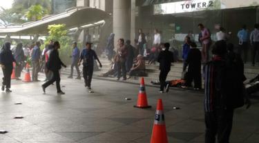 Sejumlah orang berkerumun di lobi tower II Bursa Efek Indonesia (BEI) usai balkon lantai 1 bangunan itu roboh, Jakarta, Senin (15/1). Belum diketahui penyebab robohnya balkon tersebut. (Liputan6.com/istimewa)
