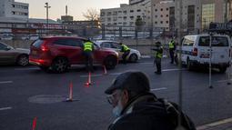 Polisi memeriksa pengendara selama lockdown nasional di Tel Aviv, Israel, Jumat (8/1/2021). Israel memperketat lockdown yang sudah ada menyusul lonjakan kasus virus corona COVID-19. (AP Photo/Oded Balilty)