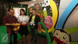 Sejumlah orang mengamati puzzle lunch set saat peluncuran Technoplast puzzle lunch set, Jakarta, Jumat (7/10). Technoplast puzzle lunch set merupakan tempat makan anak yang bisa di mainkan berbentuk puzzle. (Liputan6.com/Angga Yuniar)