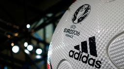 Bola resmi gelaran Piala Eropa 2016 di Prancis ditampilkan saat acara  rapat tahunan Adidas di kota Bavarian, Nuremberg , Jerman , 12 Mei 2016. Bola yang dinamakan Beau Jeu ini keluaran Adidas untuk Piala Eropa 2016. (REUTERS / Michaela Rehle)