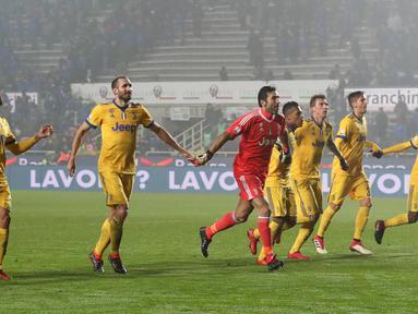 Pemain Juventus berselebrasi usai menang atas Atalanta pada laga leg pertama semifinal Coppa Italia di Atleti Azzurri d'Italia, Rabu (31/1). Gonzalo Higuain menjadi pahlawan kemenangan Juventus setelah mencetak satu-satunya gol. (Paolo Magni/ANSA via AP)
