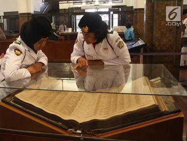 Sejumlah Paskibraka Nasional 2019 mengamati koleksi di Museum Mandiri, Jakarta, Selasa (20/8/2019). Bank Mandiri juga memberikan sharing materi terkait SDM unggul serta tabungan pelajar kepada anggota Paskibraka dan e-money edisi khusus Paskibraka Nasional 2019. (Liputan6.com/Angga Yuniar)