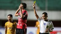 Bali United sendiri harus berlaga dengan 10 pemain saja sejak menit ke-59 karena bek Willian Pacheco mendapat kartu kuning yang kedua kalinya usai menjatuhkan Adam Alis. (Bola.com/Bagaskara Lazuardi)