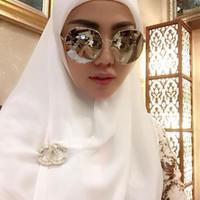 Bella Shofie berhijab dengan kacamata hitam. (Instagram - @bellashofie5292)