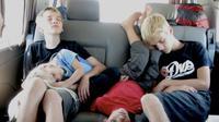 Tidur di mobil dengan posisi yang rusuh. (Via: imgkid.com)