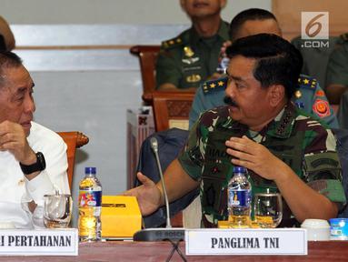 Menhan Ryamizad Ryacudu (kiri) dan Panglima TNI Marsekal Hadi Tjahjanto mengikuti raker dengan Komisi I DPR di Gedung Nusantara II, Kompleks Parlemen Senayan, Jakarta, Rabu (5/9). Rapat tersebut berlangsung tertutup. (Liputan6.com/Johan Tallo)