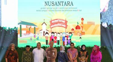 Menteri Desa PDTT Eko Putro Sandjojo (tiga kiri) foto bersama Gubernur Jateng Ganjar Pranowo (empat kiri) dan Co-Founder Wahid Fondation Yenny Wahid (kanan) saat menghadiri Forum Nusantara bersama UN Women, Jakarta, Jumat (8/2). (Liputan6.com/JohanTallo)